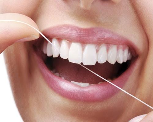 استفاده از نخ دندان برای جلوگیری از ایجاد پلاک دندان