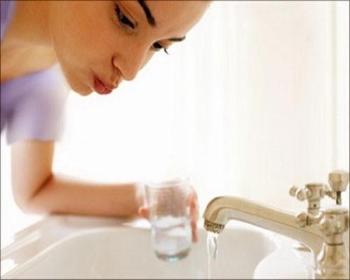 شستشوی دهان از موارد موثر در جلوگیری از سنگ لوزه